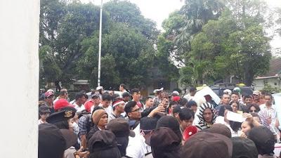 Ketua KPU Sumut Didampingi Komisioner Yulhasni dan Benget Silitonga Temui Pengunjuk Rasa Marah Pedas