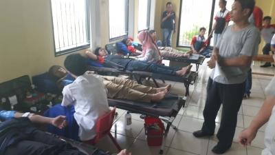 Jelang May Day, Buruh dan Polisi Gelar Donor Darah