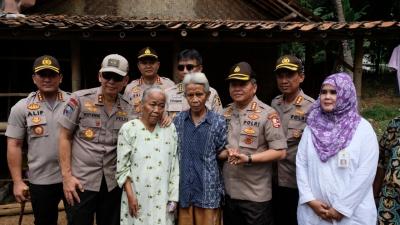 20 Tahun Derita Katarak, Kakor Binmas Polri Bantu Operasi Nenek Karni