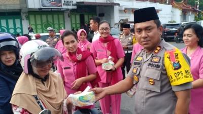 Kapolres Asahan bersama Ketua Bhayangkari Cabang Asahan Berbagi Takjil dan Gelar Buka Puasa Bersama