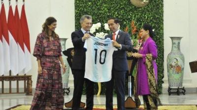 KPK Minta Jokowi Serahkan Jersey dari Presiden Argentina untuk Dilelang, Atau Membelinya