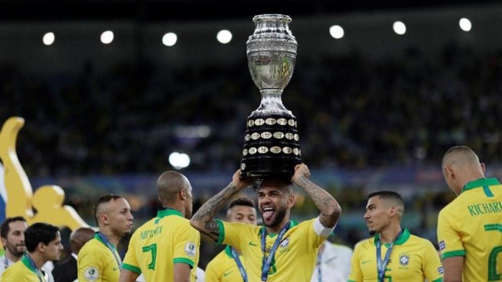 Dani Alves Pemain Pertama Koleksi 40 Trofi Juara