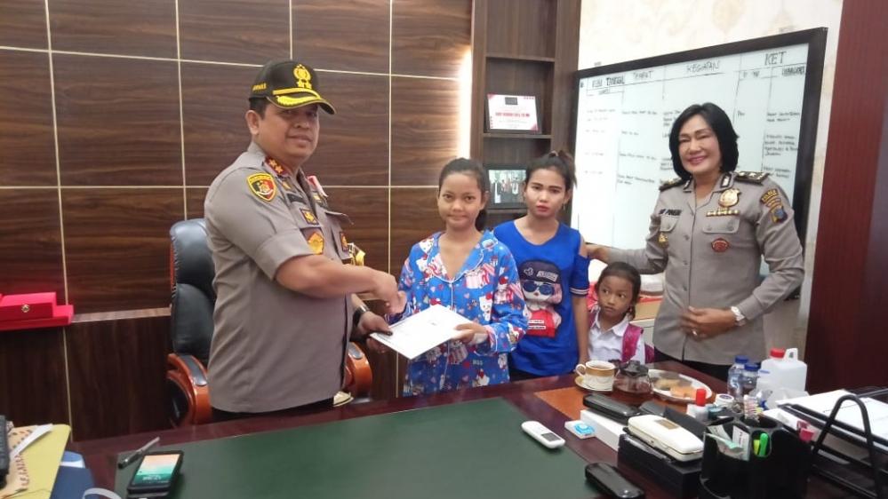 Anak Yatim Piatu Menemui Kapolres Pelabuhan Belawan Untuk Ucapkan Terima Kasih Atas Bantuan