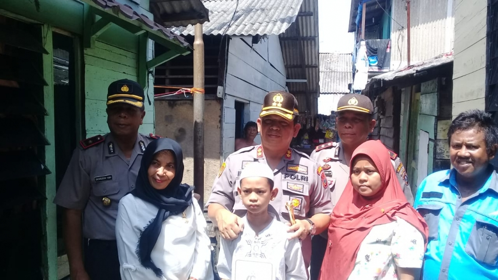 Kapolres� Pelabuhan� Belawan Menyangi Anak Yatim