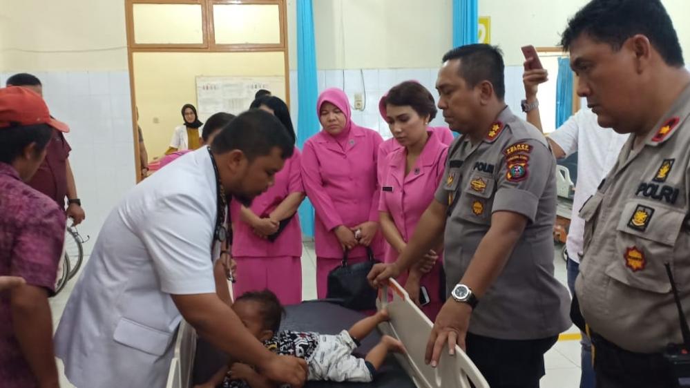 Kapolres Asahan dan Pemkab Asahan Bawa Balita Sakit Paru-Paru Ke Rumah Sakit�
