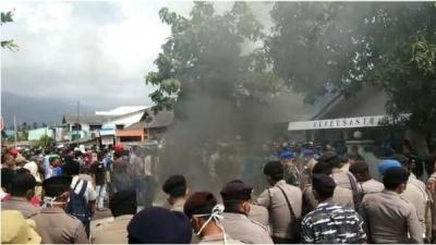 Tolak WNI dari Wuhan, Warga Natuna Demo Bakar Ban di Dekat Lokasi Observasi
