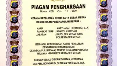 Kapolda Sumut, Irjen Pol Drs. Martuani Sormin, MSi memberikan Piagam Penghargaan kepada Personil Polsek Medan Baru
