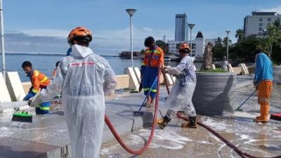Pantai Losari Makasar Cegah Pandemi Covid 19 Dengan Semprot Air Detergen