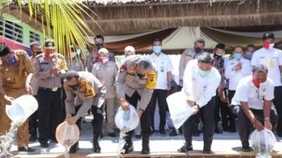Kapolda Sumut Meninjau Kampung Tangguh Dorang, Taburkan 50 000 Benih Ikan Lele juga Berikan Sembako dan Masker