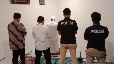 Kepolisian Ajak Rizieq Shihab, Sholat Maghrib Berjamaah