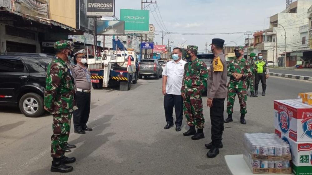 Wakapolda Sumut dan Kasdam I/BB Tinjau Pos PPKM Darurat, Dengan Berikan Konsumsi Tingkatkan Imun Tubuh Personel