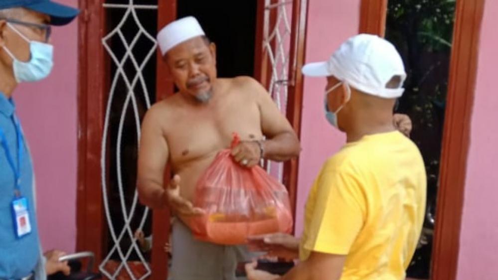 Ketua Forum Wartawan Polda Sumut Dengan Bareskrim Polri Beri Sembako Kepada. Bilal Mayid Secara 'Door to Door' di Medan