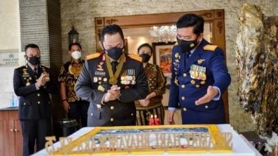 Hari Bhayangkara ke 75 Panglima TNI Memberi Kue Ulang Tahun Kepada Kapolri Sigit