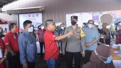 Wakapolda Sumut Terima Piagam Penghargaan Dalam Meninjau Vaksinasi 3.000 Buruh sama Masyarakat